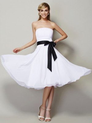 A-Line/Princess Strapless Sleeveless Chiffon Knee-Length Bridesmaid Dress